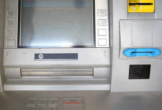 Kuva 1. Automaatti alkuperäisenä Yllätys pankkiautomaatilla – Setelit yritettiin viedä liimakikalla