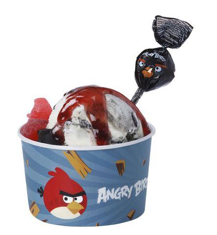 Musta Lintu jaateloannos Vihaiset linnut pyrähtävät jäätelökioskille