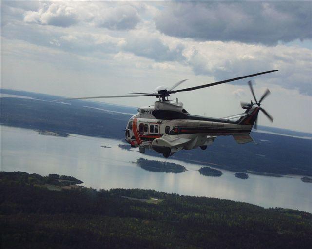 LSMV Super Puma valmiina vinssaamaan Mies häiritsi Rajavartiolaitoksen helikopteria laserosoittimella