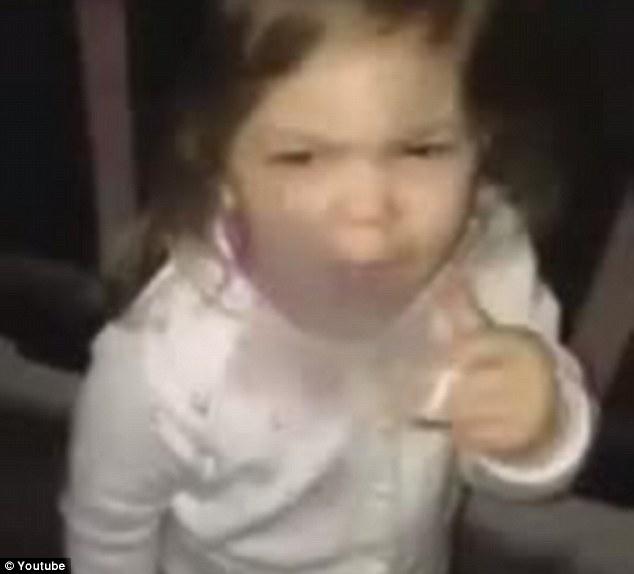 article 2551473 1B305C6100000578 337 634x574 Pieni tyttö opettelee polttamaan tupakkaa   Järkyttävä Suomi video leviää netissä