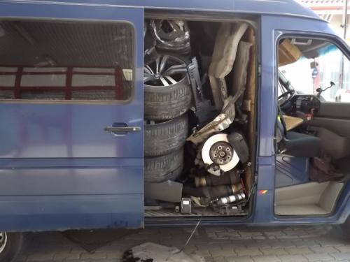 511399067546462145 Rajavartijoiden uskomaton löytö: Varastettu BMW X6 oli tungettu palasina pakettiautoon
