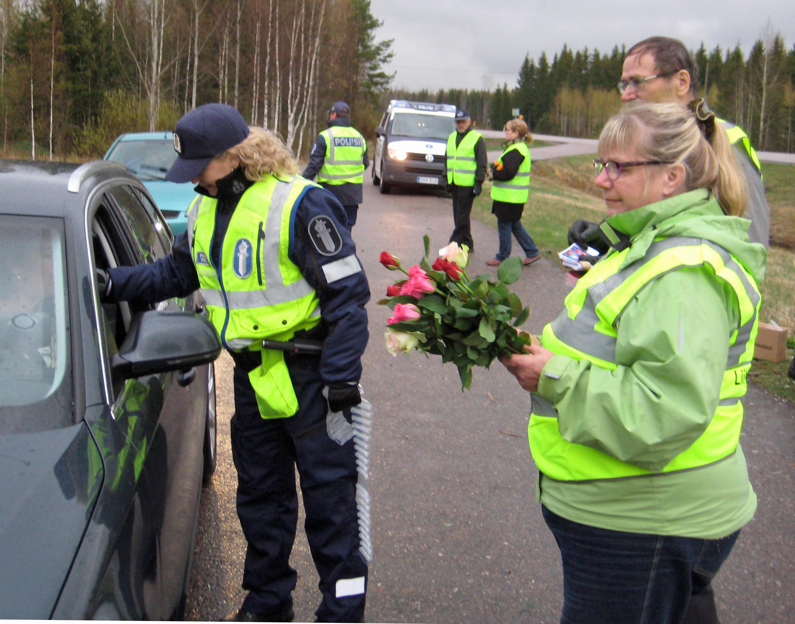 Poliisi+puhalluttaa+Ruusun+päivänä Poliisin teksti Facebookissa vetää hiljaiseksi