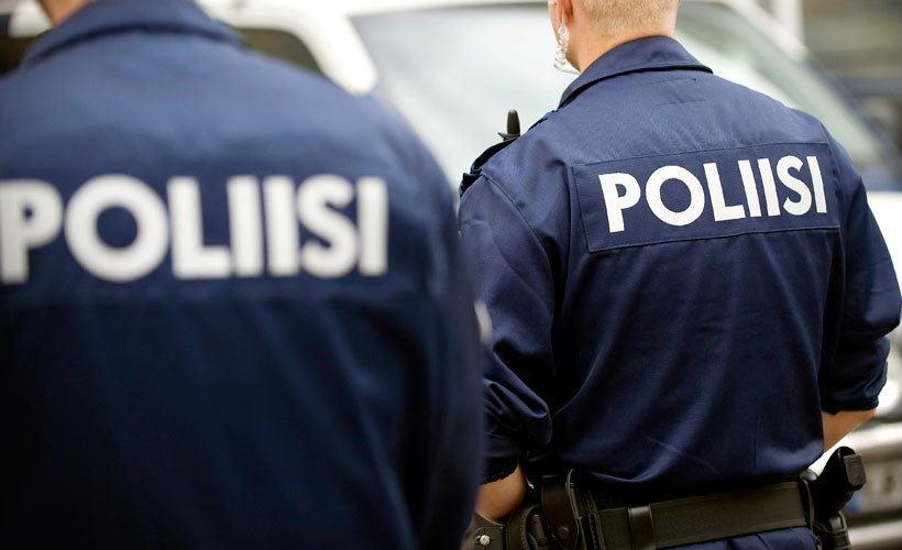 poliisi etu1006MN 820 uu Iäkäs nainen tunsi terävän tökkäyksen takaraivossa   Ryöstäjä vei olkalaukun ja kauppakassin