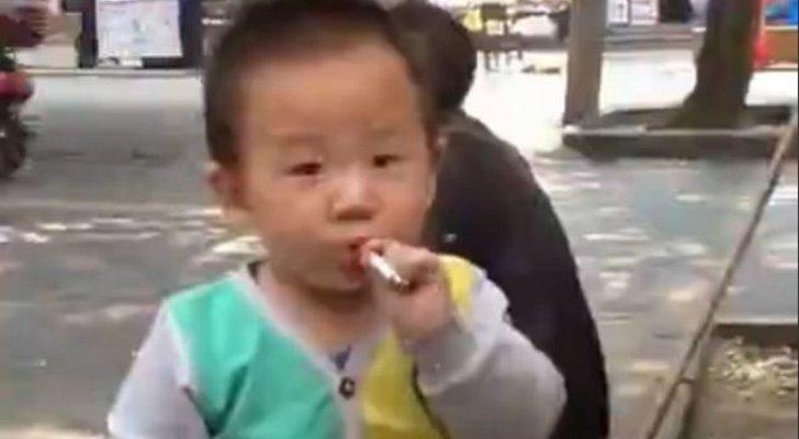 Toddler Smoking a Cigarette Is Laughed at by Onlookers Video 445722 2 Karu näky Kiinasta – Kaksivuotias polttaa tupakkaa