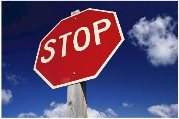 stop sign Kuski ajoi perään STOP risteyksessä – Poliisilla uhkaaminen aiheutti paon