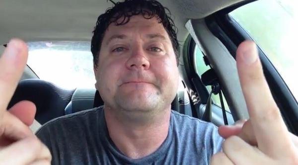 Bt rqgxCUAAwWlQ Idiootti yritti todistaa, että vauvat ja koirat pärjäävät kuumassa autossa
