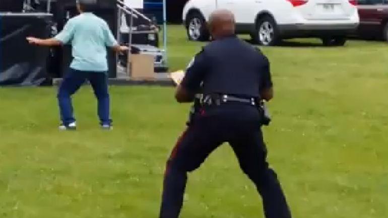 dancing police officer Poliisi näyttää mallia – Tanssii upeasti festareilla
