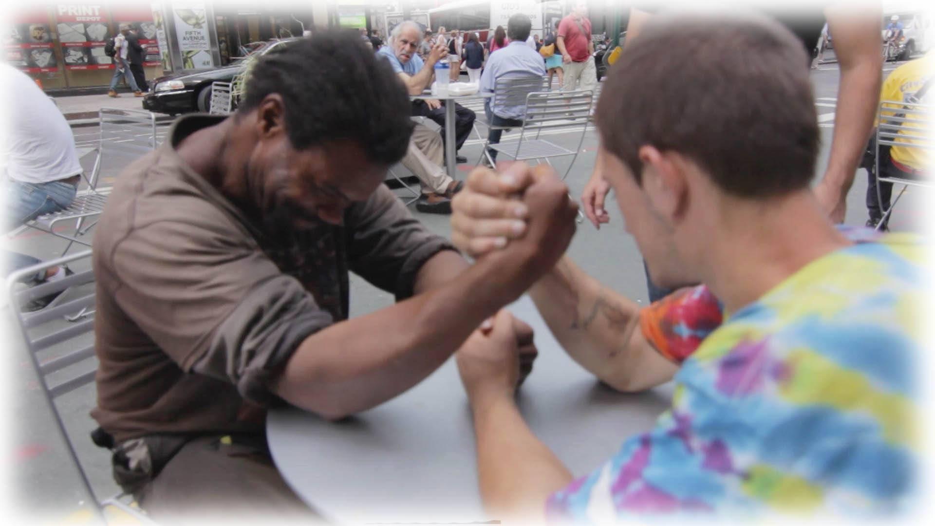 maxresdefault 1 Kodittomat väänsivät kättä 100 dollarista – Lopputulos koskettaa kaikkia