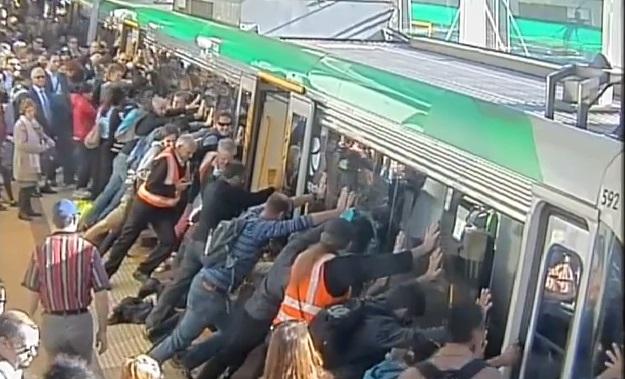 train Hyvyys ei ole kadonnut   Sadat ihmiset työnsivät junaa pelastaakseen miehen
