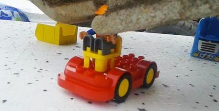 kaivuri07092014 450x227 Suomalaismies kokosi LEGO palikoita kaivinkoneella